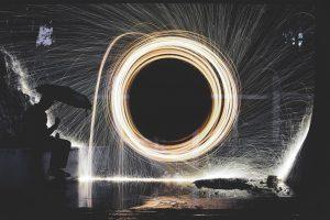 Buco nero creato da un cerchio di luce