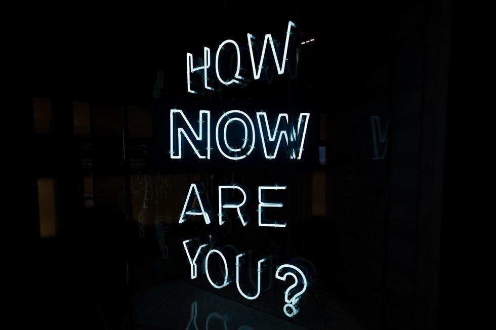 scritta Chi sei adesso